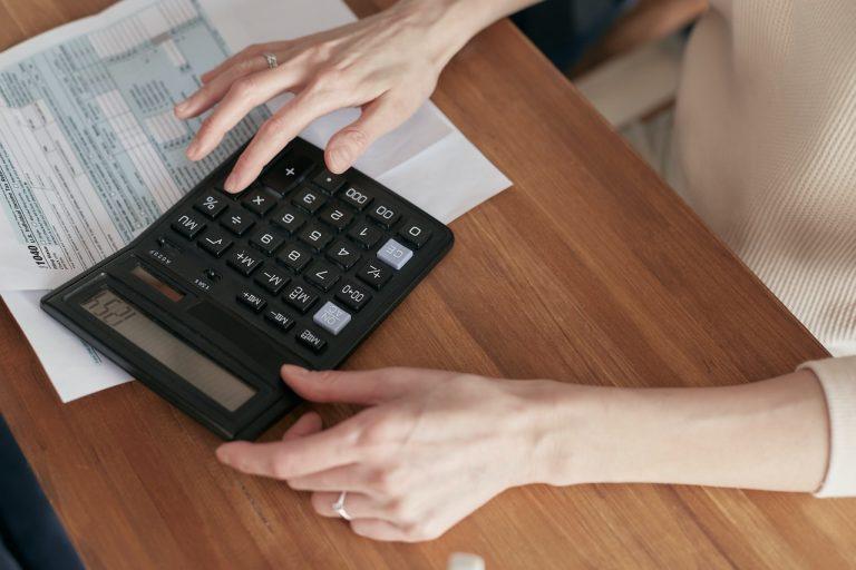 osoba z kalkulatorem