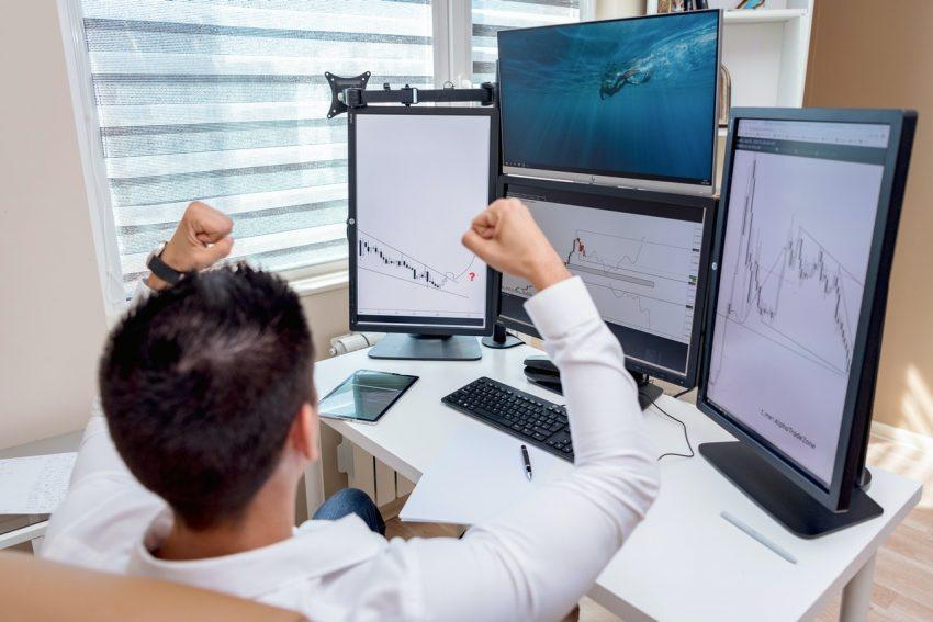 osoba przed monitorami